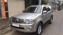 Cần bán xe Toyota Fortuner 2011 số tự động màu bạc 2 cầu