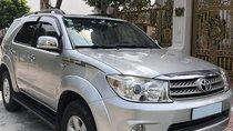 Cần bán xe Toyota Fortuner 2011 máy xăng, số tự động, màu bạc 2 cầu