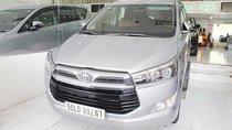 Bán Toyota Innova 2.0V màu bạc, số tự động, máy xăng sản xuất 2017