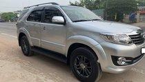 Cần bán xe Toyota Fortuner máy xăng, màu bạc, sản xuất năm 2015
