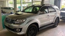 Cần bán gấp Toyota Fortuner đời 2015, màu bạc xe gia đình bao đẹp