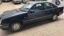 Xe Mercedes E230 đời 2000, màu xanh lam, xe nhập