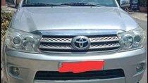 Bán Toyota Fortuner năm 2010, màu bạc, xe còn mới