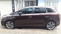 Bán xe Kia Rondo 5+2 đời 2017, số sàn màu nâu, đăng ký tháng 10 năm 2017