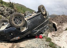 Vụ tai nạn hi hữu: Toyota 4Runner bị lật phơi bụng trên bờ vực, phượt thủ khiếp vía