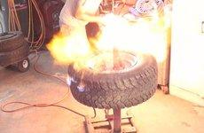 Thợ Việt lắp lốp xe bằng cách đổ xăng đốt - sáng tạo hay nguy hiểm?