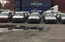 """Lô xe BMW và MINI nằm """"phơi thân"""" ngoài cảng sắp được trở về Đức"""