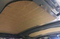 Không chỉ có tấm chắn nắng trên xe Toyota, trần xe Mini Cooper S cũng được ốp bằng bìa các-tông