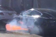 Đang chạy trên đường, Tesla Model S bất ngờ bốc cháy