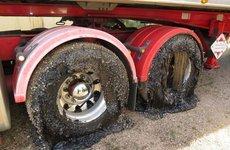 Lốp xe ô tô biến dạng vì nhựa đường chảy do nắng nóng kinh hoàng