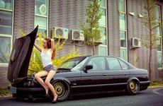 Mướt mắt ngắm nhìn hotgirl ''thả rông'' vòng 1 bên BMW M5 E34 độ hầm hố