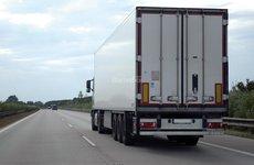 Mẹo lái ô tô giúp 'sống chung' với điểm mù của xe tải