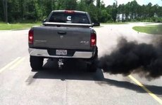 Xe ô tô xả khói màu đen - nguyên nhân và cách xử lý