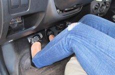 Rà chân côn trên xe số sàn - Thói quen xấu tài xế nên tránh