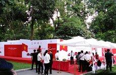 Cập nhật trước giờ G: Người dân xếp hàng dài chờ xem mẫu xe Việt VinFast đầu tiên