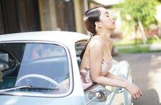 Ngẩn ngơ ngắm chân dài bên xế cổ Volkswagen Karmann Ghia