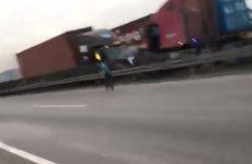 Hai container đối đầu như phim hành động trên cao tốc