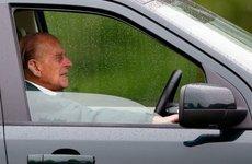 """Phu quân Nữ hoàng Anh từ bỏ bằng lái xe sau khi gây va chạm cho """"thường dân"""""""