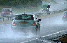 Trời mưa, kính ô tô mờ xử lý sao đây?