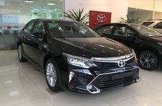 Chuẩn bị mở bán thế hệ mới, Toyota Camry tại đại lý giảm giá mạnh
