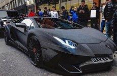 """""""Bò đen"""" Lamborghini Aventador SV nạm pha lê náo loạn đường phố ở Anh"""