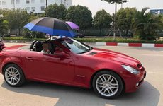Sau TPHCM, xuất hiện thêm hình ảnh tài xế Hà Nội vừa lái xe vừa… che ô