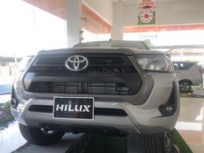 Bán xe Toyota Hilux 2.4 số tự động màu bạc, giao ngay
