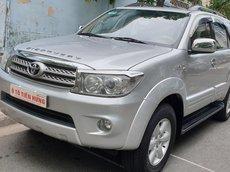 Bán Toyota Fortuner V 2 cầu máy xăng 2.7, số tự động đời T12/2011, màu bạc, đẹp mới 70%