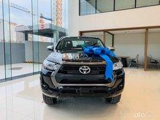 Bán Toyota Hilux AT đời 2021, màu đen, giá tốt