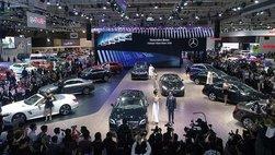 Dàn chân dài 'khoe sắc' cùng bộ sưu tập xe sang Mercedes-Benz tại VMS 2018