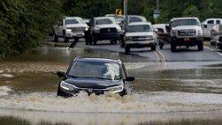 Lái xe mùa mưa bão an toàn với 12 kỹ năng cơ bản