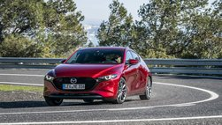 """Hơn 12.000 xe Mazda3 """"lãnh án"""" triệu hồi do lỗi tựa đầu giảm chấn"""