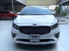 Bán xe Kia Sedona màu trắng, chỉ mới 8.000km, xe cực mới, có trả góp