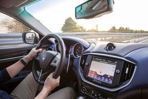 Đánh giá xe Maserati Ghibli S có màn hình trung tâm DVD cảm ứng 8,4 inch.