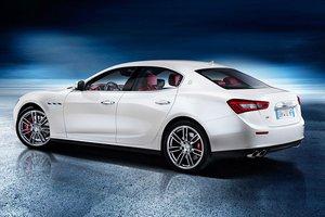 Đánh giá xe Maserati Ghibli S có la zăng 7 chấu kép đi kèm kẹp phanh đỏ.