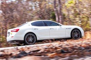 Đánh giá xe Maserati Ghibli S có tay nắm cửa, viền cửa sổ đều mạ crom sang trọng.