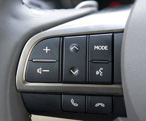 Đánh giá xe Lexus LX570: Các phím bấm chức năng được tích hợp ngay trên vô lăng.
