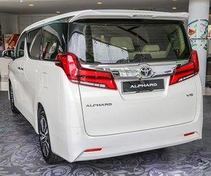 Đánh giá xe Toyota Alphard Luxury 2019: Thanh crom to bản kết nối hai cụm đèn pha 1
