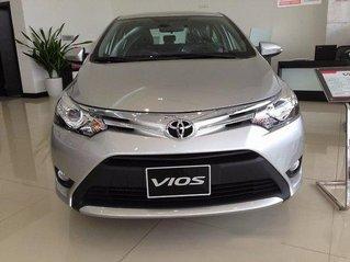Cần bán xe Toyota Vios sản xuất năm 2017, màu bạc còn mới