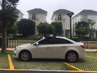 Cần bán xe Chevrolet Cruze LT MT sản xuất 2016, màu trắng xe gia đình