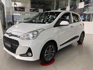 Bán ô tô Hyundai Grand i10 sản xuất 2019, màu trắng, sẵn xe, giao nhanh toàn quốc