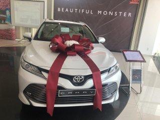 Toyota Camry 2.5Q màu trắng ngọc trai, giao xe ngay