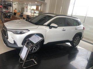 Bán Toyota Corolla Cross 1.8V trắng ngọc trai, giao ngay