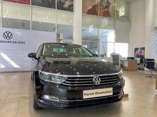 Volkswagen Passat Bluemotion màu đen nội thất kem đầy sang trọng - Giảm ngay 180 triệu tiền mặt + giao ngay