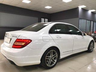 Cần bán xe C300 AMG 2011 màu trắng, giá 620tr