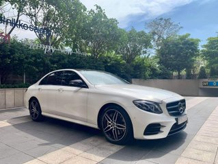 Bán chiếc Mercedes-Benz E300 AMG trắng/nâu sản xuất 2019