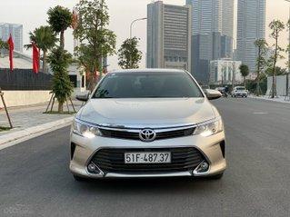 Bán xe Toyota Camry đăng ký 2015, màu vàng xe gia đình giá tốt 818 triệu đồng
