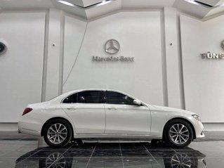 Bán xe Mercedes E200 sản xuất 2019, màu trắng còn mới