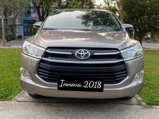 Cần bán Toyota Innova 2.0E MT đời 2018, màu vàng cát