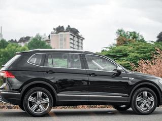 Ưu đãi hấp dẫn tặng IP12 và bộ kiện cao cấp xe Tiguan Luxury S màu đen nội thất cam-đen mới nhập, 7 chỗ, 2.0TSI